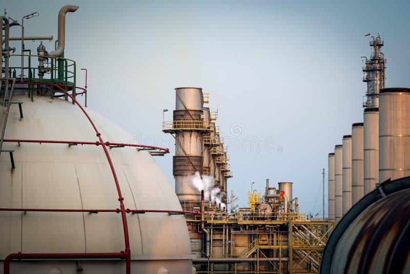 Chimney dans l'industrie des centrales électriques photographie stock libre de droits