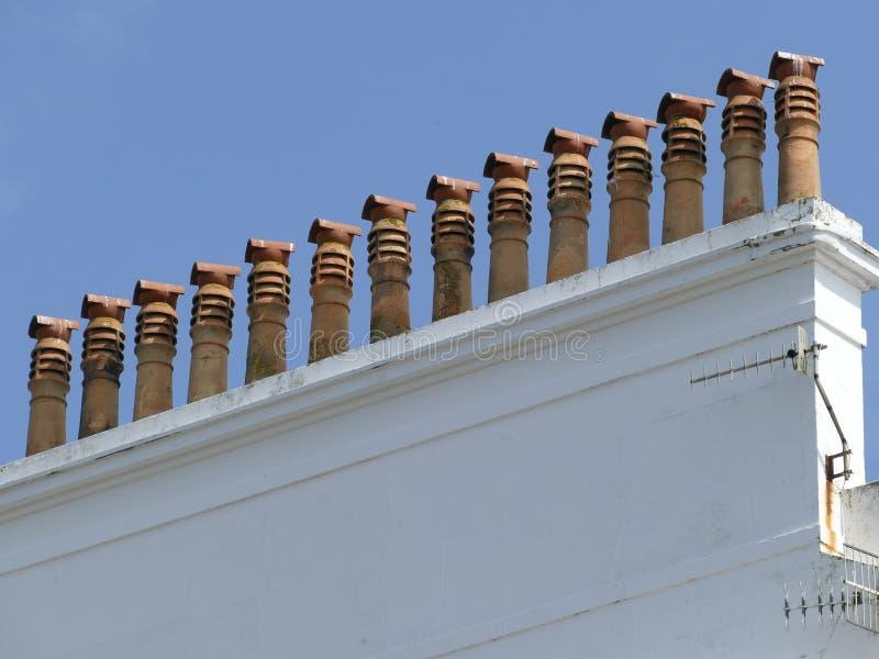 Chimneypots in una lunga fila immagini stock libere da diritti