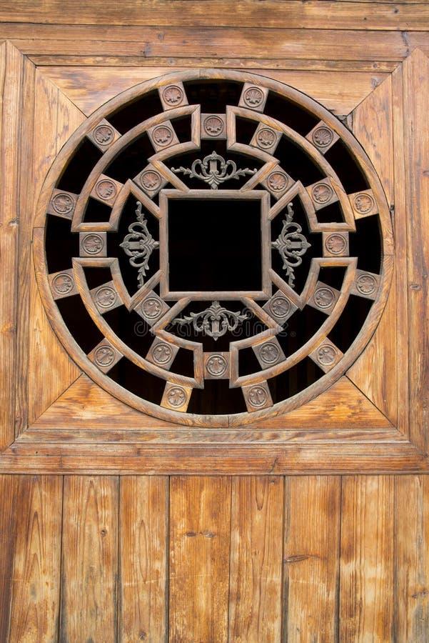 Chinês Ásia, portas de madeira e janelas imagens de stock royalty free