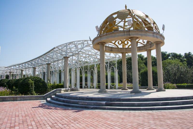 Chinês de Ásia, Pequim, parque de Jianhe, pavilhão branco, galeria foto de stock royalty free