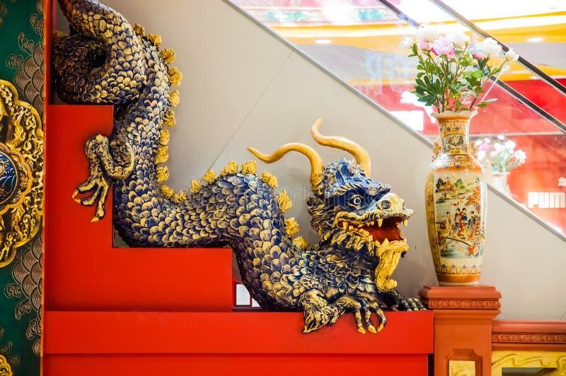 Chinês Dragon Sculpture em escadas imagens de stock royalty free