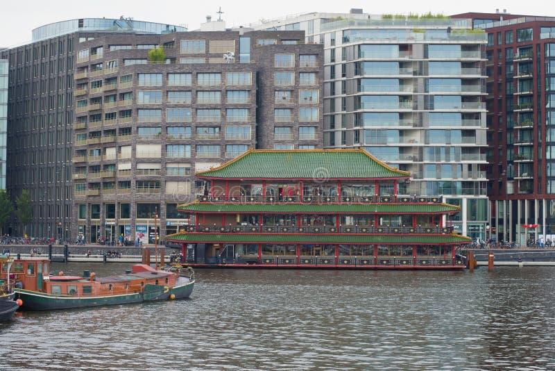 ` Chinês estilizado do palácio do mar do ` do restaurante no fundo de construções residenciais modernas amsterdão fotografia de stock royalty free