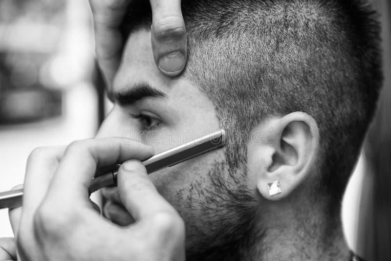 Chin With de Shaving Man del peluquero una maquinilla de afeitar recta imagenes de archivo