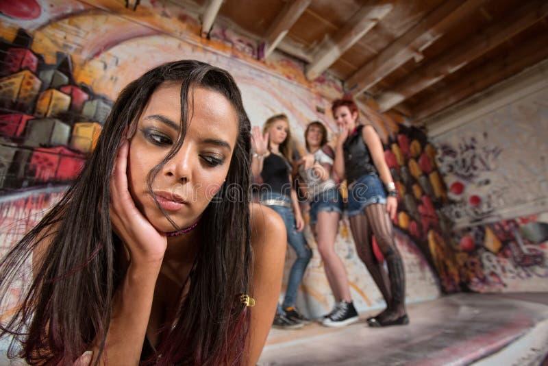 Chin di tenuta teenager misto immagini stock libere da diritti