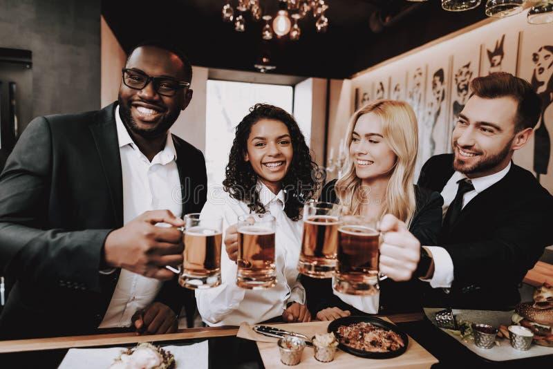 Chin-Chin nightlife Cerveja Dois indivíduos meninas Barra imagem de stock royalty free