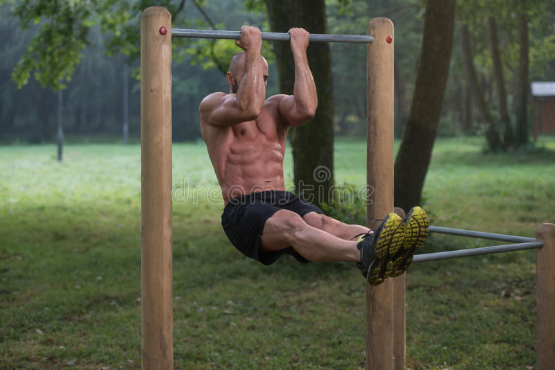 Chin Ups Workout In Park royaltyfria bilder