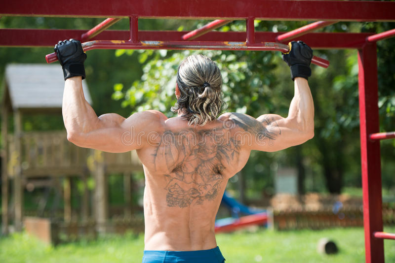 Chin Ups Workout In Park arkivfoton
