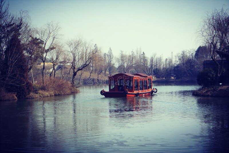 China-Ähnliches Boot bei berühmtem schlankem Westsee während des Winters, gelegen in Yangzhou, Provinz Jiangsu, China lizenzfreie stockfotografie