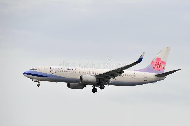 China Airlines Boeing 737-800 som landar på den Changi flygplatsen arkivbilder