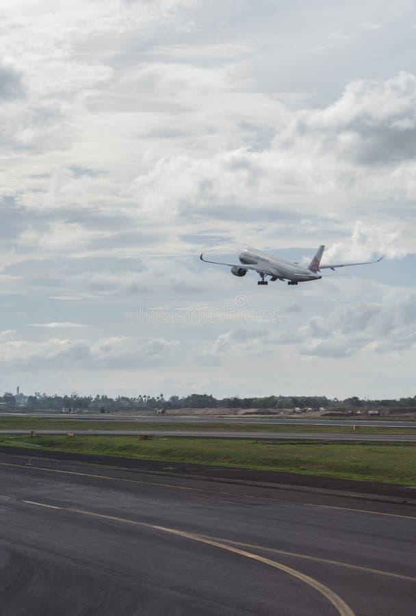 China Airlines samolot zdejmuje od Soekarno-Hatta lotniska międzynarodowego w Dżakarta, Indonezja obraz royalty free