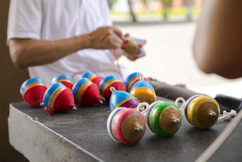 China, brinquedos tradicionais, parte superior de madeira, brincadeira imagem de stock royalty free