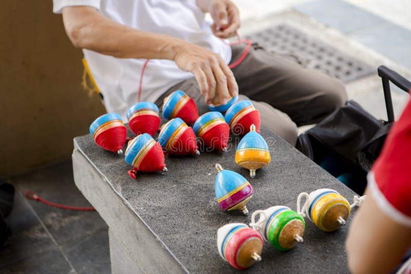 China, brinquedos tradicionais, parte superior de madeira, brincadeira fotos de stock royalty free