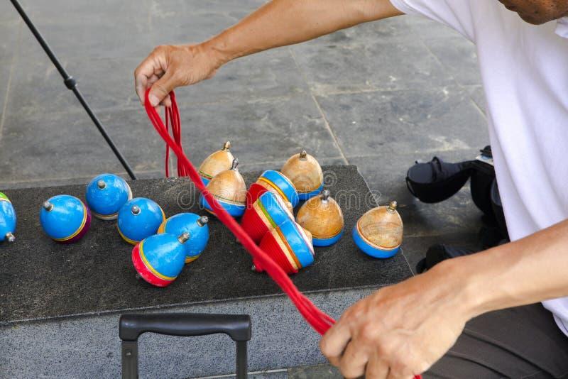 China, brinquedos tradicionais, parte superior de madeira, brincadeira fotos de stock