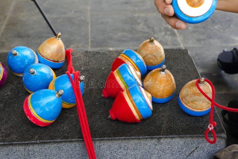 China, brinquedos tradicionais, parte superior de madeira, brincadeira foto de stock royalty free