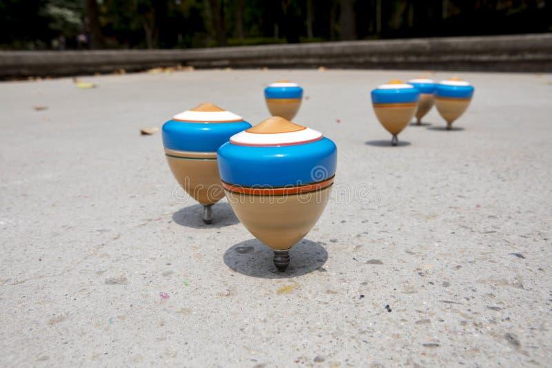 China, brinquedos tradicionais, parte superior de madeira, brincadeira fotografia de stock