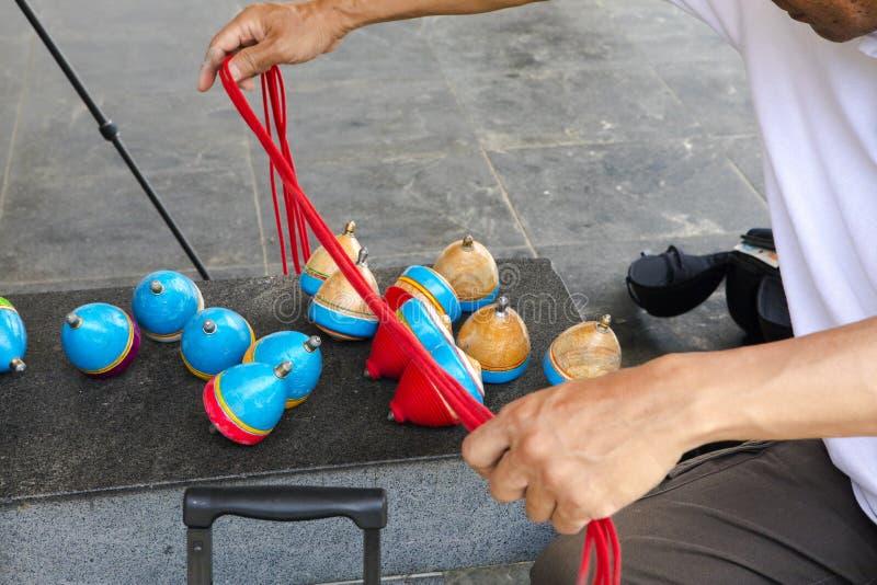 China, brinquedos tradicionais, parte superior de madeira, brincadeira foto de stock