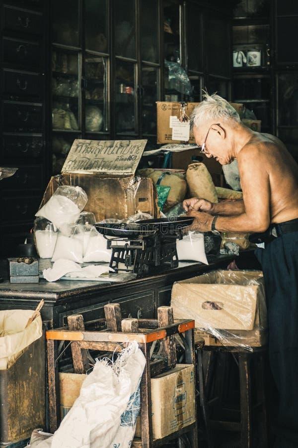China cidade Banguecoque Tailândia homem chinês idoso do dezembro de 2018 na loja erval ou na loja chinesa da erva secou o armári fotografia de stock royalty free