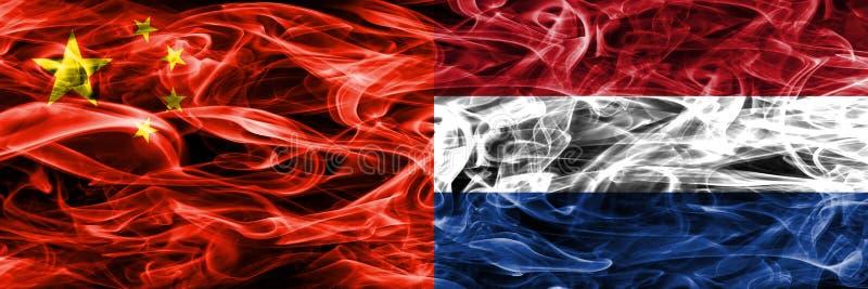 China contra as bandeiras holandesas do fumo colocadas de lado a lado ilustração stock