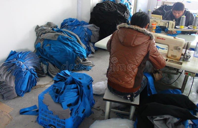 CHINA - 15 DE JANEIRO: O chinês veste a fábrica com costureiras fotos de stock royalty free