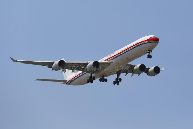 China Eastern Airlines Aerobus A340 w Nowy Jork niebie przed lądować przy JFK lotniskiem obraz stock
