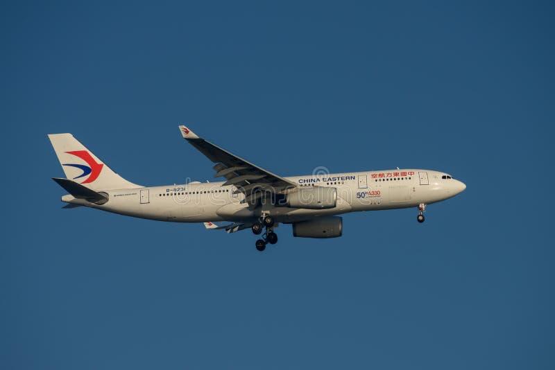 China Eastern Airlines Airbus A330 na aproximação final a Sydney Airport terça-feira 23 de maio de 2017 fotos de stock