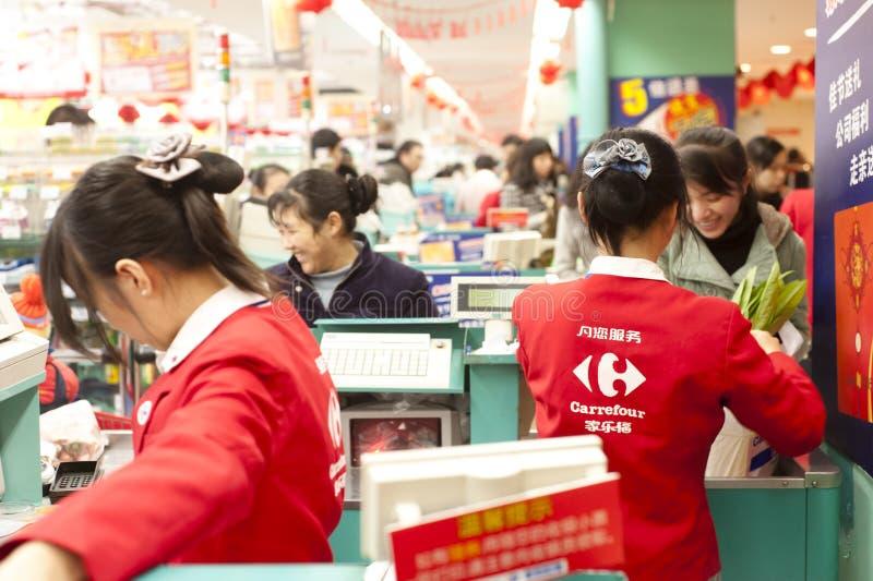 CHINA: glimlachende vrouwen die in hypermarket winkelen stock foto