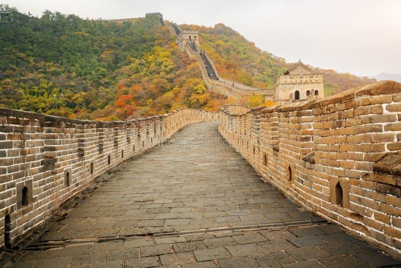 China la opinión distante de la Gran Muralla comprimió torres y el seg de la pared foto de archivo