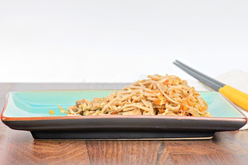 China-Nudeln mit Gemüse und Fleisch lizenzfreie stockfotos