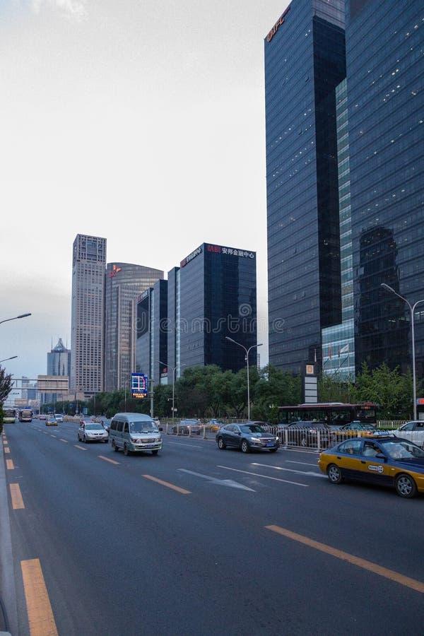 China, Pekín Edificios modernos de gran altura y avenida - 2 imagenes de archivo