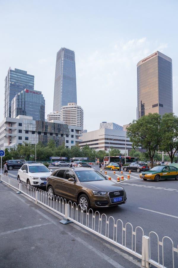 China, Pekín Edificios modernos de gran altura y avenida imagenes de archivo