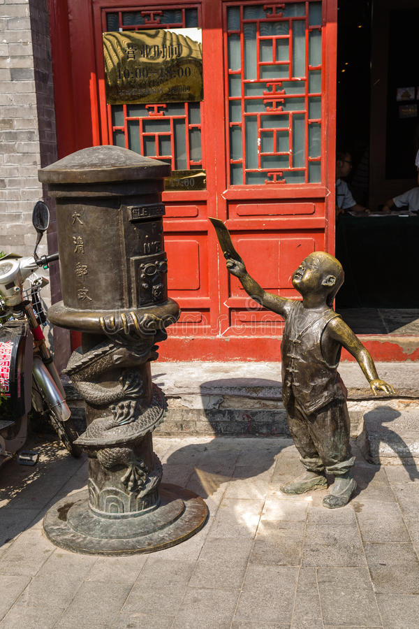 China, Pekín Estatua de un muchacho que envía una letra fotografía de archivo libre de regalías