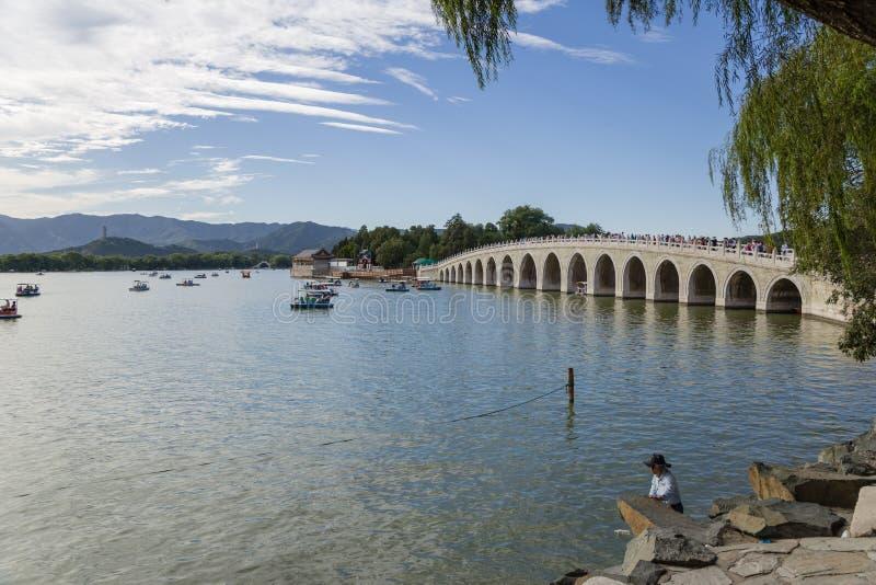 China, Pekín Palacio de verano La vista del lago kunming y diecisiete arquean el puente imagen de archivo