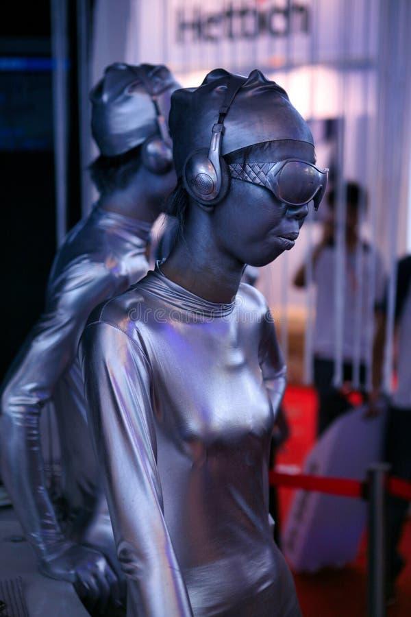 China, Peking - Juni 10, 2018: Zilveren Chinese modelmeisjes bij een tentoonstelling in Peking met een zeer ongebruikelijke versc stock foto