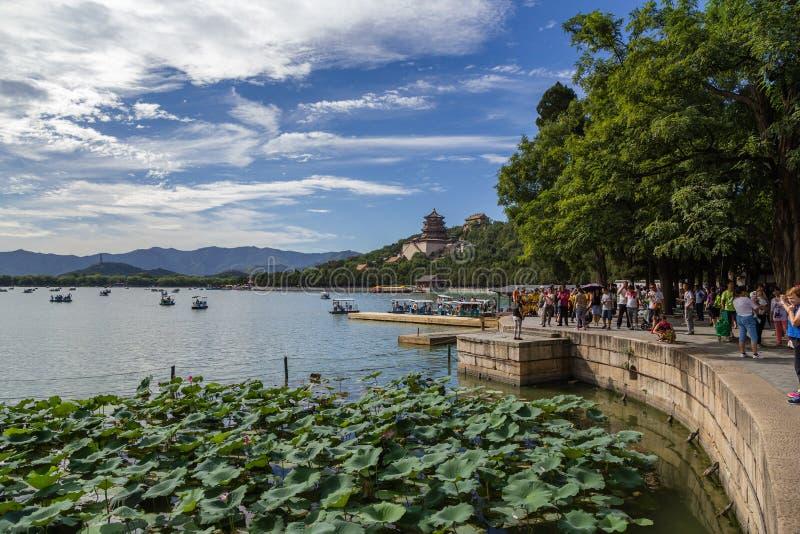 China, Pequim Palácio imperial do verão Lago Kunming, monte da longevidade e templo (torre) Foxiangge, beliches para barcos, lótu imagens de stock royalty free