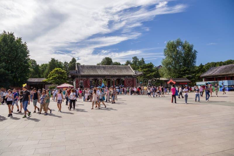 China, Pequim Porta oriental do palácio (Donggongmen) - a entrada principal ao palácio de verão imperial (Yihe Yuan) imagens de stock