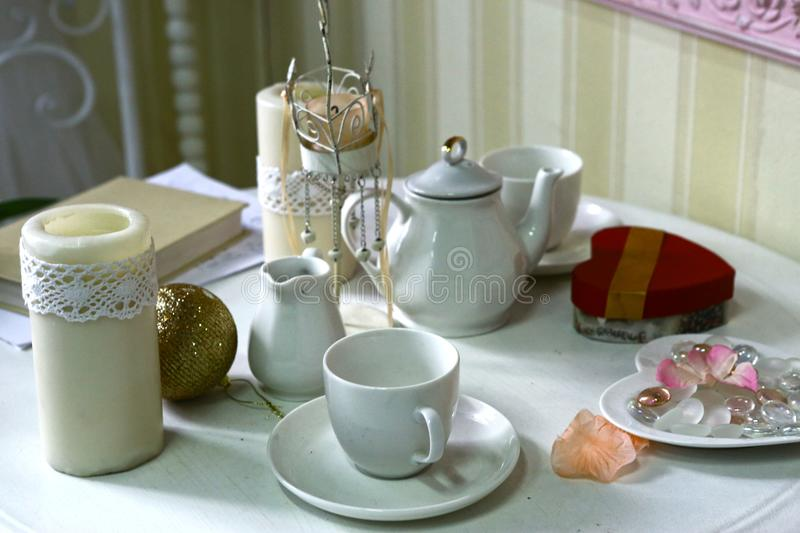 China porcellan tea ceremony set cups and cattle in white dining room interior stock photography