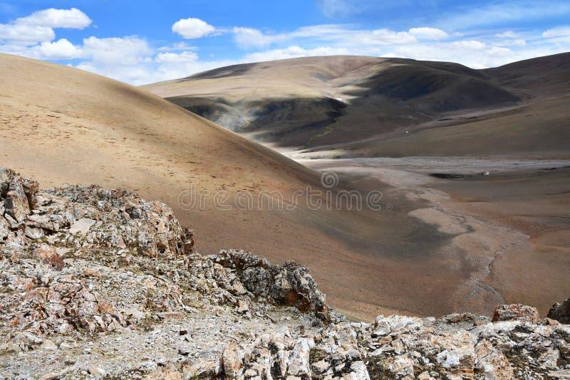 China, regi?o aut?noma tibetana Paisagem da montanha do ver?o 18 quil?metros do lago Gomang, a cama de um rio pequeno da montanha fotografia de stock royalty free