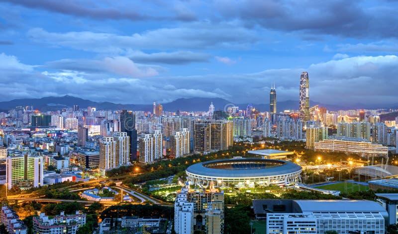 China's Shenzhen-stad in de nacht stock afbeeldingen