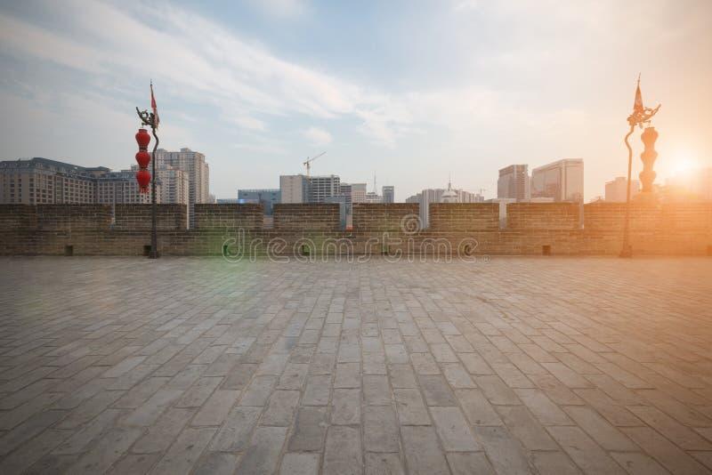 China ` s Xi ` een stadsmuren en nieuwe gebouwen stock foto