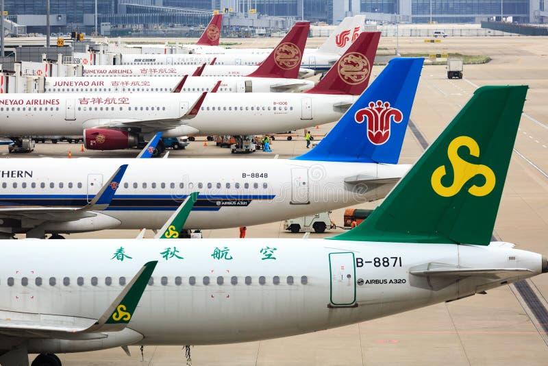 China, Shangai 20 DE ABRIL DE 2019: aparcamiento del aeroplano en el aeropuerto internacional de Shangai Pudong fotos de archivo