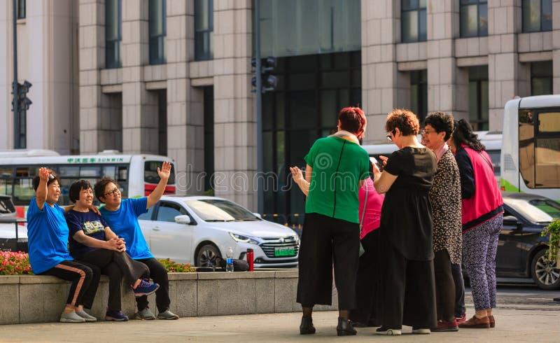 China, Shanghai 19. APRIL 2019: alte Frauen machen Foto im Shanghai-Promenadenbereich stockbilder
