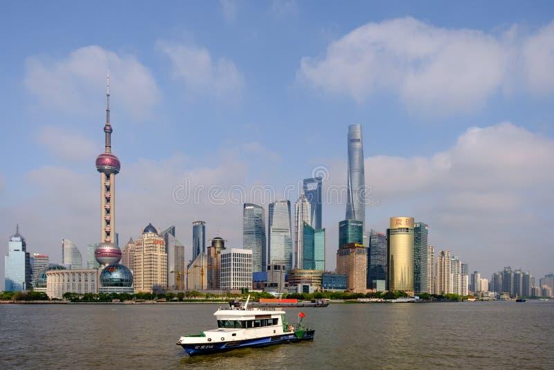 China, Shanghai-19 april 2019: oriëntatiepunten van Shanghai met Huangpu-rivier in China stock fotografie