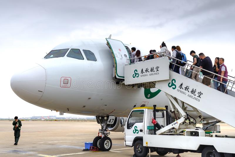 China, Shanghai-20 april 2019: passagier die op vliegtuig in de internationale luchthaven van Shanghai inschepen pudong stock foto