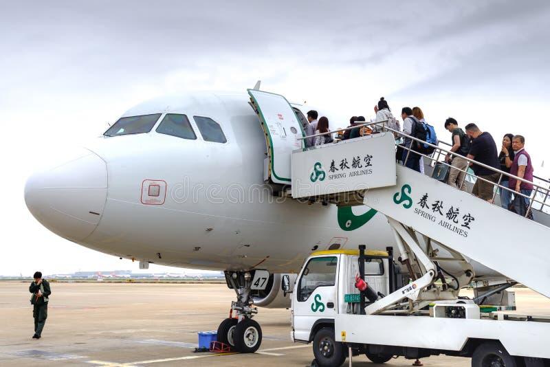China, Shanghai 20 DE ABRIL DE 2019: embarque do passageiro no avião no aeroporto internacional de Shanghai pudong foto de stock