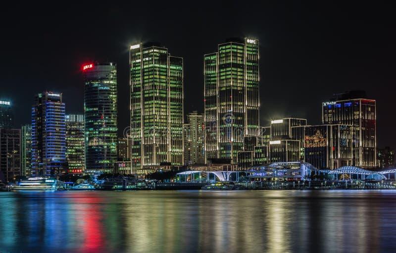 China, Shanghai 21 DE AGOSTO DE 2017: opinião da noite da skyline do beira-rio do rio do distrito central de shanghai imagens de stock