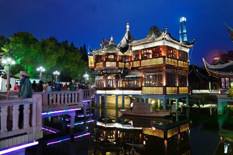 CHINA, SHANGHAI - 7 DE NOVEMBRO DE 2018: Opinião velha da noite da casa de chá da cidade de Shanghai, jardins yuyuan fotos de stock