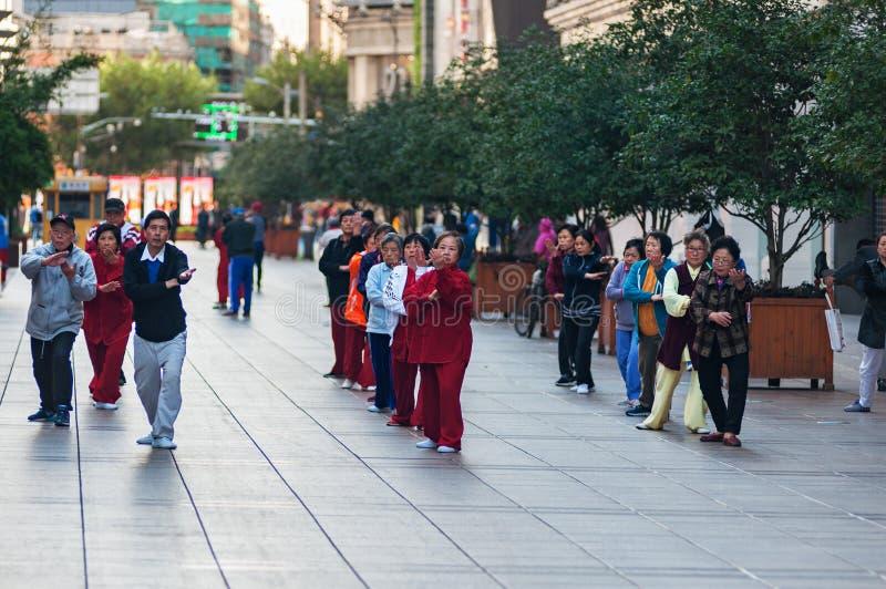 CHINA, SHANGHAI - 6. November 2017: Leute des unterschiedlichen Alters Taiji, Tai-Chi morgens tuend auf der Straße stockfotos