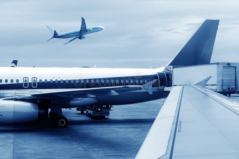 China Shanghai Pudong Airport& x27; s-Flugzeuge lizenzfreie stockfotos