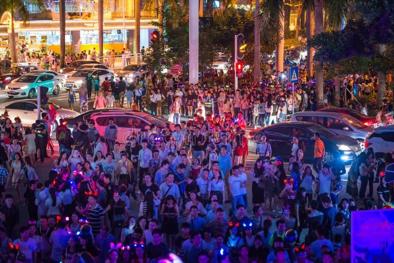 China Shenzhen vele mensen drukte in het themapark om aan Halloween-activiteiten deel te nemen royalty-vrije stock fotografie