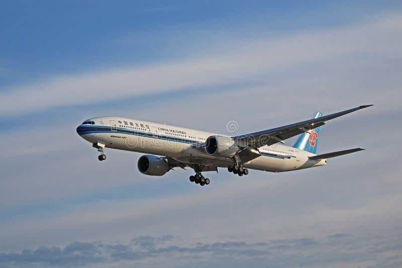 China Southern Airlines Boeing 777-300ER op Definitieve Benadering stock afbeeldingen